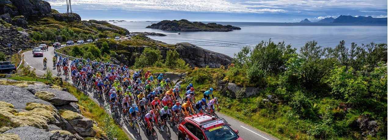 Arctic Race of Norway har en ambisjon om å bli det første profesjonelle sykkelrittet som kun bruker elbiler. Foto: ARN/Rune Dahl