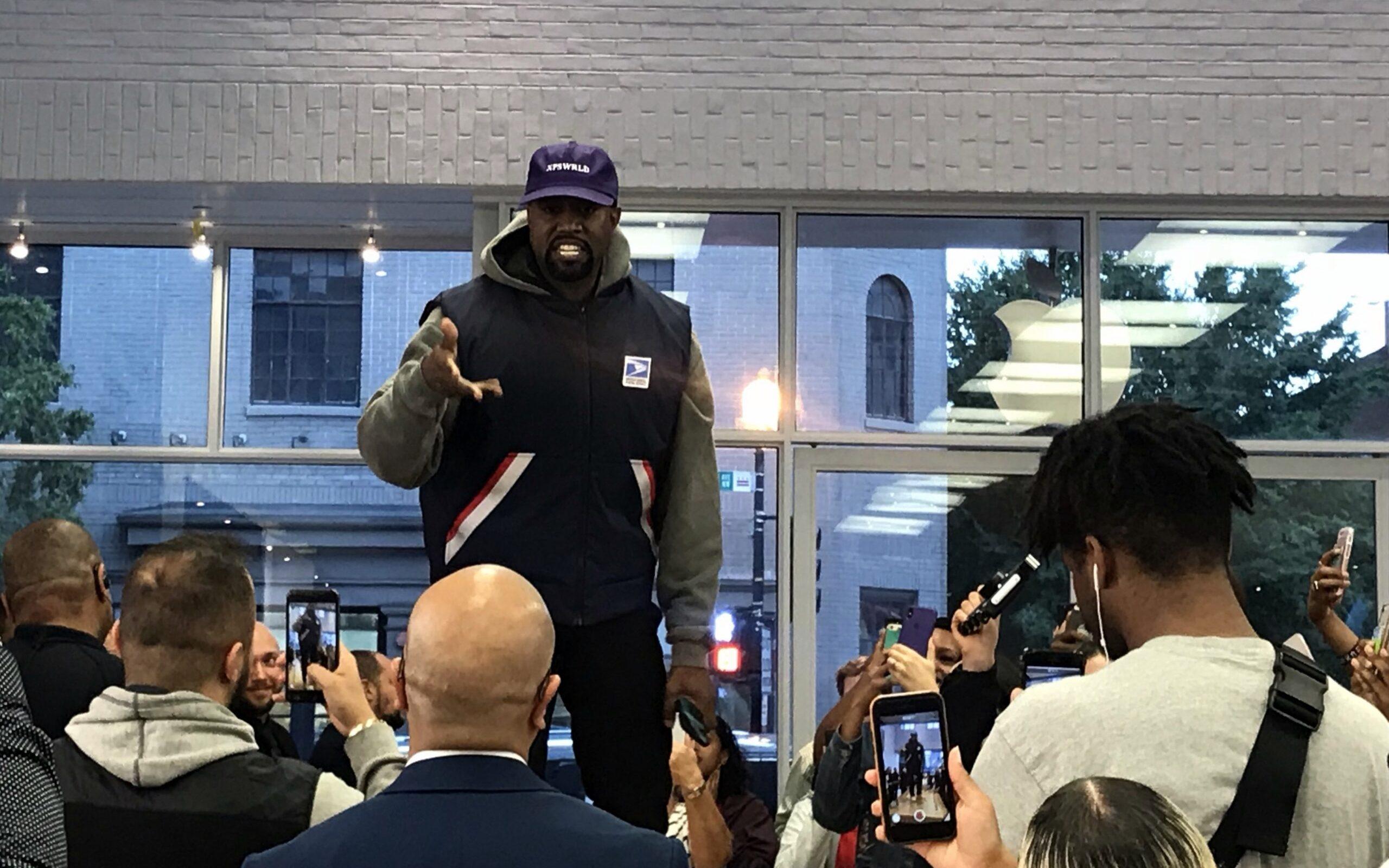Kanye West opptrer under en åpning av en Apple-butikk i 2+18. Foto: Bex Walton