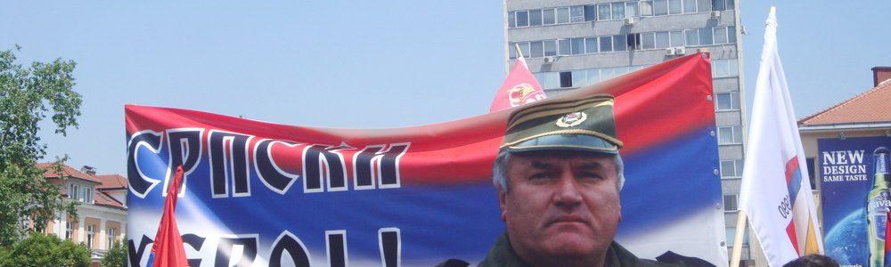Flere tilhengere av Ratko Mladic fulgte med på rettssaken på direktesendt TV. Foto: Haag Court Service / Commons