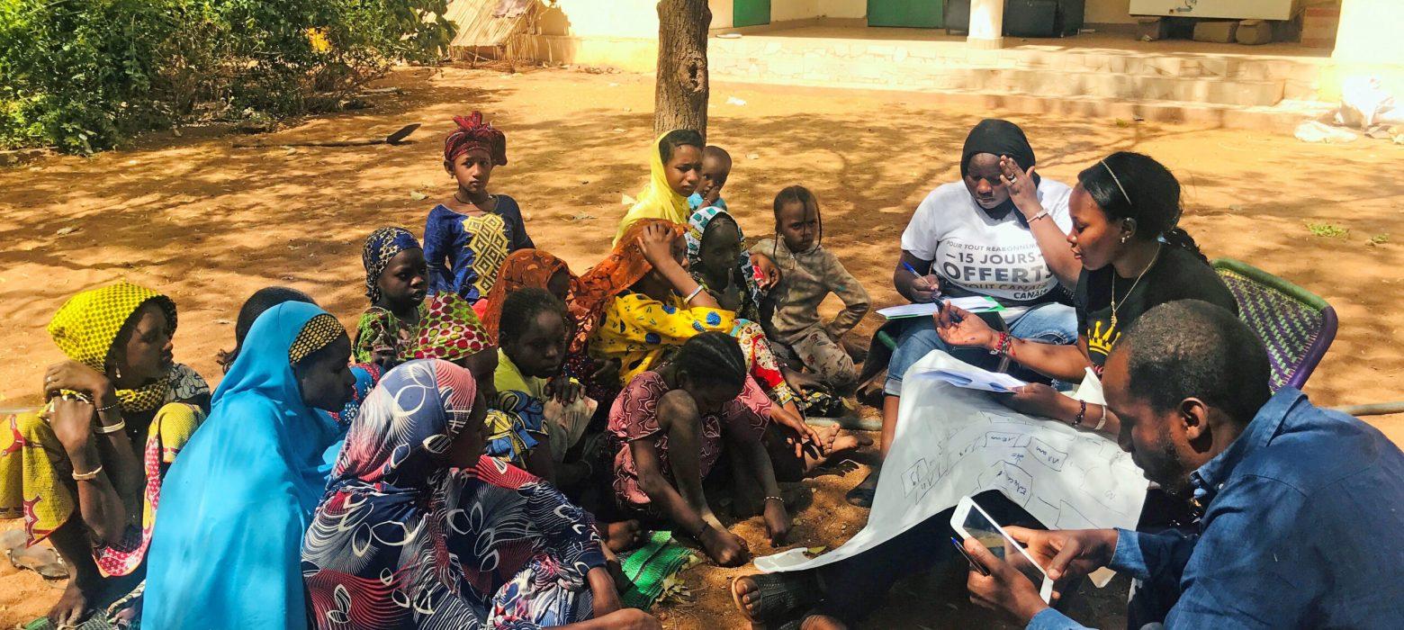 Jenter i Mali rapporterer at de ikke føler seg trygge. Her i samtale med Plan International.